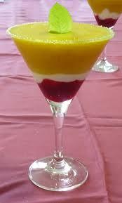 Copa de mangos, moras y yogur