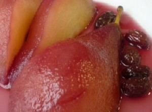 Peras al vino con pasas y cerezas