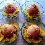 fruta laminada con helado y almendras