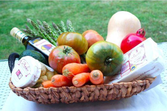 Regalar fruta a domicilio en caja de mimbre